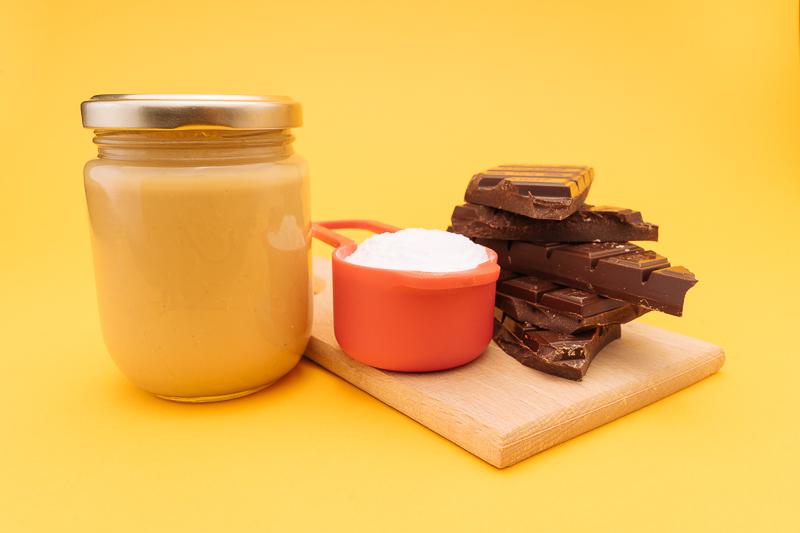 Основните продъкти за бонбоните са само три — пудра захар, фъстъчено масло и черен шоколад