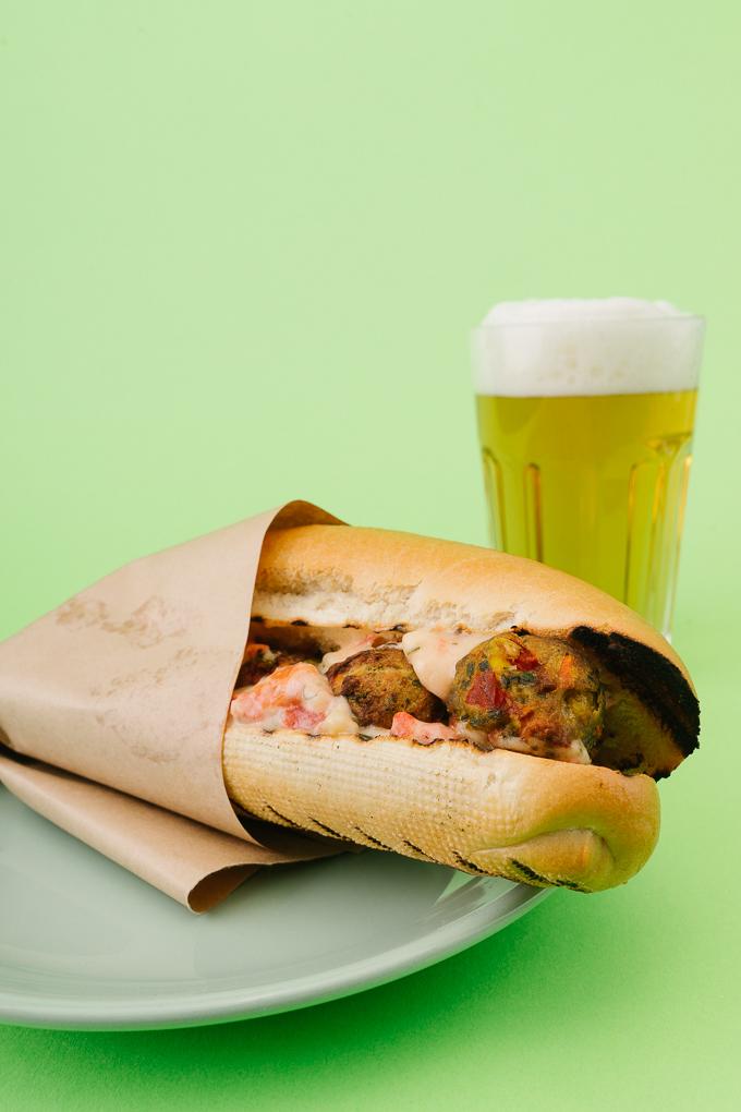 Шарена салата, вегетариански кюфтенца и безалкохолна бира звучи като чудно начало за филмова вечер!